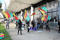 SAO PAULO, SP, 14 JUNHO 2012 - SPFW PROTESTO AFRO - Manifestantes defendem a etnia Afro na 33a edicao do Sao Paulo Fashion Week Verao 2013, nesta quinta-feira, 14, na Bienal do Parque do Ibirapuera, na zona sul da capital. FOTO: FRANCISCO CEPEDA- BRAZIL PHOTO PRESS.