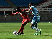 CALI - COLOMBIA – 22 - 09 - 2017: Luis Caicedo (Izq.) jugador de Cortulua, disputa el balón con Cesar Carrillo (Der.) jugador de Jaguares F.C., durante partido entre Cortulua y Jaguares F.C., por la fecha 13 de la Liga Aguila II 2017 jugado en el estadio Pascual Guerrero de la ciudad de Cali. / Luis Caicedo (L) of player of Cortulua vies for the ball with Cesar Carrillo (R), jugador of Jaguares F.C., during a match Cortulua and Jaguares F.C., for the date 13th of the Liga Aguila II 2017 played at the Pascual Guerrero stadium in Cali city. Photo: VizzorImage / Luis Ramirez / Staff.