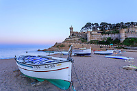 Espagne, Catalogne, Costa Brava, Tossa de Mar, murailles d'enceinte de la Vila Vella la plage et barques de pêcheurs le soir // Spain, Catalonia, Costa Brava, Tossa de Mar, enclosure walls of the Vila Vella or Old Town, beach and fishing boats evening