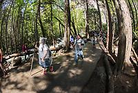 Touristen, gegen die Gischt des Yosemite Wasserfall in Plastik gehuellt, im Yosemite National Park.<br /> 3.6.2017, Yosemite National Park<br /> Copyright: Christian-Ditsch.de<br /> [Inhaltsveraendernde Manipulation des Fotos nur nach ausdruecklicher Genehmigung des Fotografen. Vereinbarungen ueber Abtretung von Persoenlichkeitsrechten/Model Release der abgebildeten Person/Personen liegen nicht vor. NO MODEL RELEASE! Nur fuer Redaktionelle Zwecke. Don't publish without copyright Christian-Ditsch.de, Veroeffentlichung nur mit Fotografennennung, sowie gegen Honorar, MwSt. und Beleg. Konto: I N G - D i B a, IBAN DE58500105175400192269, BIC INGDDEFFXXX, Kontakt: post@christian-ditsch.de<br /> Bei der Bearbeitung der Dateiinformationen darf die Urheberkennzeichnung in den EXIF- und  IPTC-Daten nicht entfernt werden, diese sind in digitalen Medien nach §95c UrhG rechtlich geschuetzt. Der Urhebervermerk wird gemaess §13 UrhG verlangt.]