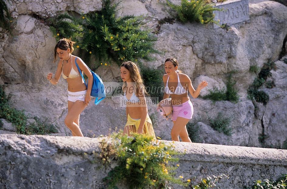 Europe/Italie/Calabre/Tropea : Jeunes filles rentrant de la plage