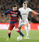 FC Barcelona's Leo Messi (l) and Real Madrid's Toni Kroos during La Liga match. April 2,2016. (ALTERPHOTOS/Acero)