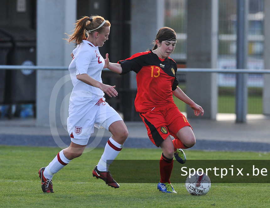UEFA Women's Under 17 Championship - Second Qualifying round - group 1 : Belgium - England : .Noemie Gelders aan de bal voor Molly Bartrip.foto DAVID CATRY / Vrouwenteam.be