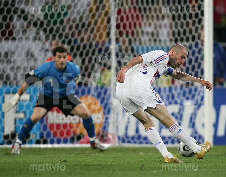 Fussball WM 2006 Achtelfinale  Spanien - Frankreich Zinedine ZIDANE (FRA,re) erziehlt ds 1:3 gegen Iker CASILLAS (ESp,li)