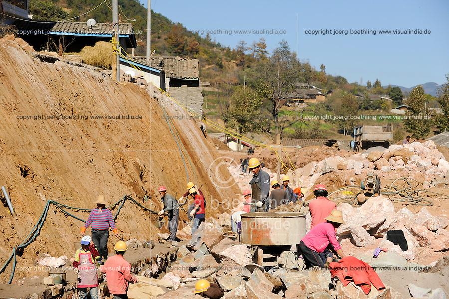 CHINA Yunnan , road from Lijang to Lugu Lake, road construction, migrant worker so called Mingong / CHINA Provinz Yunnan , Strassenbau, Wanderarbeiter, sogenannte Mingong