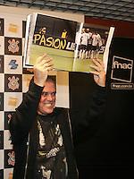 """SAO PAULO, SP,  14 DE AGOSTO DE 2012 -  LANCAMENTO LIVRO LIBERTOS -   O fotografo oficial do Corinthians, Daniel Augusto Jr. durante o lançamento do livro """"Libertos""""  sobre  a Conquista da Copa Libertadores 2012, na Fnac Pinheiros, na noite desta terça-feira, 14. FOTO ADRIANA SPACA /  BRAZIL PHOTO PRESS"""