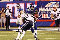 TE Martellus Bennett (Giants) verliert den Ball gegen DB Tavon Wilson (Patriots)