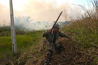 Trabalhador  combate queimada.<br /> <br /> <br /> Queimada perde o controle e avança em pastos a beira da Pa 150Jacundá , Pará, Brasil12/08/2009Foto Paulo Santos