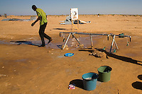 Tunisie RasDjir Camp UNHCR de refugies libyens a la frontiere entre Tunisie et Libye ....Tunisia Rasdjir UNHCR refugees camp  Tunisian and Libyan border  Approvisionnement eau potable Campo profughi frontiera libica