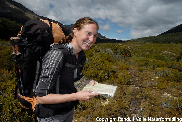 Jente studerer kart. ---- Girl studying map. Mavora Walkway, New Zealand.