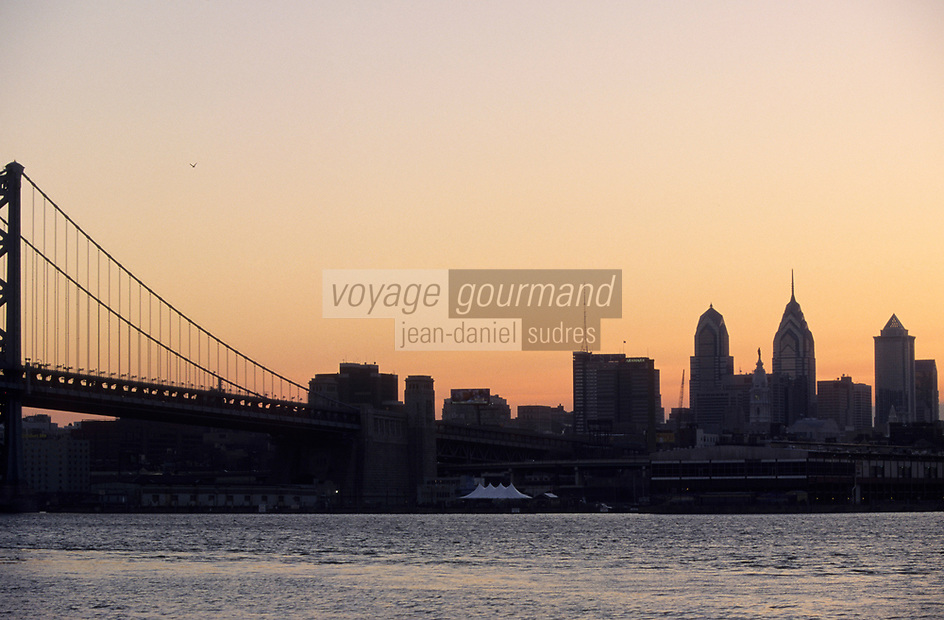 Amérique/Amérique du Nord/USA/Etats-Unis/Vallée du Delaware/Pennsylvanie/Philadelphie : Soleil couchant sur la Skyline et Benjamin Franklin Bridge vu depuis l'autre rive de Delaware River