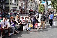 Nederland - Amsterdam - 2019.  Toeristen op het Damrak in Amsterdam.   Foto Berlinda van Dam / Hollandse Hoogte