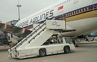 A380 von Singapore Airlines aus New York kommt an Gate B46 auf dem Frankfurter Flughafen an - Frankfurt 23.10.2019: Schüler machen Zeitung bei Singapore Airlines