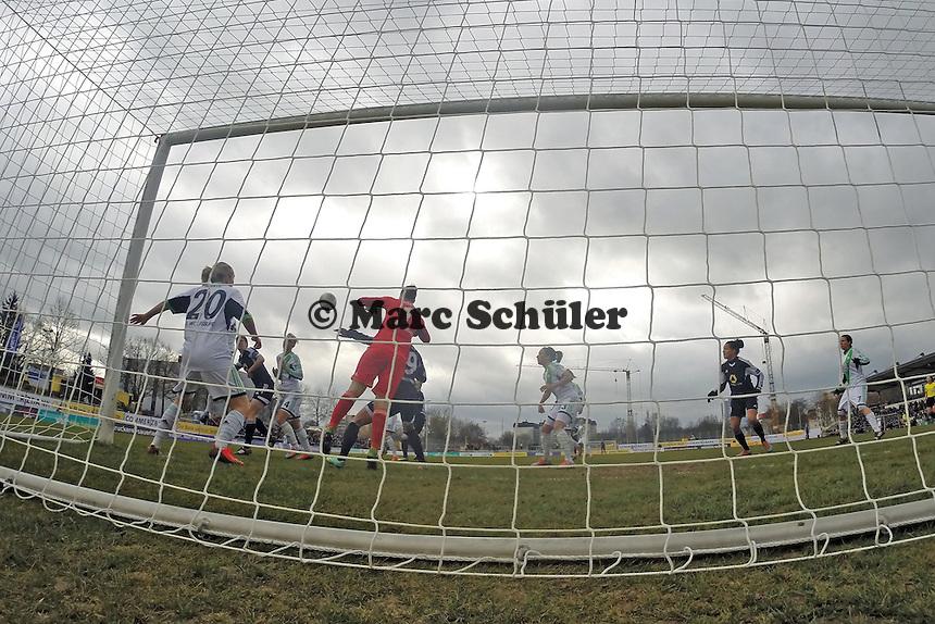Almuth Schult (Wolfsburg) holt sich den Ball