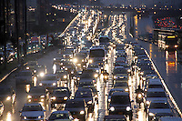 BOGOTA-COLOMBIA-5-02-2013 . Tráfico pesado por lluvia . heavy traffic because of the rain. ( Photo / VizzorImage / Felipe Caicedo / Staff).