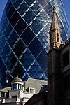 """Londyn. @09-10-23. """"Ogórek"""" - wieżowiec przy 30 St Mary Axe, na pierwszym planie kościół St Andrew Undershaft"""