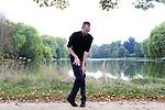 Visite dansée au Parc Jean-Jacques Rousseau<br /> <br /> Conception et chorégraphie : Aurélie Gandit<br /> Interprétation : Sylvain Riéjou<br /> Cadre : Serpentines<br /> Lieu : Parc Jean Jacques Rousseau<br /> Ville : Ermenonville<br /> Date : 29/09/2013<br /> © Laurent Paillier / photosdedanse.com