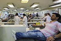 SAO PAULO, SP, 06 ABRIL 2013 - CAMPANHA SANGUE CORINTIANO - Doador no primeiro dia da 11ª edição da Campanha Sangue Corintiano que acontece entre os dias 06 e 13 de abril, no Hemocentro do Hospital das Clínicas, em São Paulo nesta sábado, 06.  FOTO: WILLIAM VOLCOV / BRAZIL PHOTO PRESS.