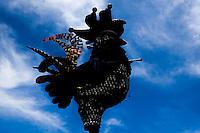 RECIFE, PE, 28.02.2014 - CARNAVAL PE / GALO DA MADRUGADA - O tradicional Galo da Madrugada é visto montado na Ponte Duarte Coelho, na região central do Recife (PE), na manha desta sexta-feira, 28. O Carnaval deste ano homenageia o artista Antônio Nóbrega. (Foto: Vanessa Carvalho/ Brazil Photo Press).