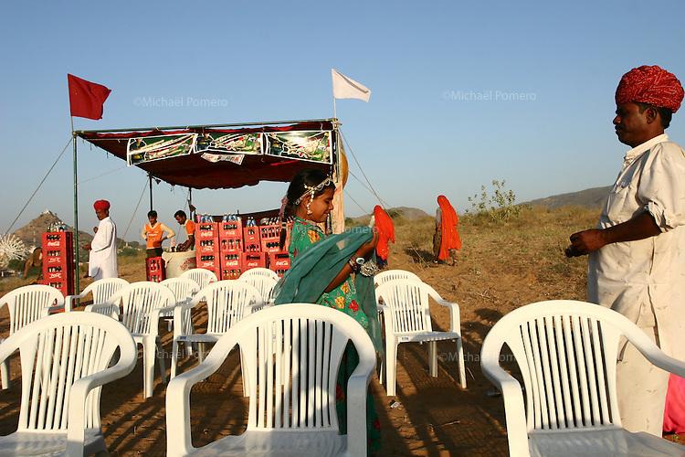 08.11.2008 Pushkar(Rajasthan)<br /> <br /> Musician cast daughter and father on the camel camp.<br /> <br /> Un p&egrave;re et sa fille de la caste des musiciens sur le camp de chameau.