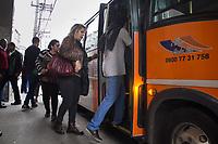 SAO PAULO, SP - 28.04.2017 - GREVE-SP - Popula&ccedil;&atilde;o na zona sul de S&atilde;o Paulo utilizam de lota&ccedil;&otilde;es para se deslocarem ao trabalho na manh&atilde; desta sexta-feira (28). <br /> <br /> (Foto: Fabricio Bomjardim / Brazil Photo Press)