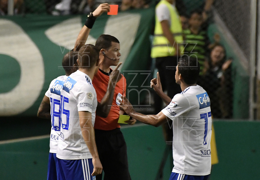 PALMIRA - COLOMBIA, 03-03-2019: Jhon Ospina L, arbitro, muestra la tarjeta roja a Felipe Jaramillo de Millonarios durante partido por la fecha 8 de la Liga Águila I 2019 entre Deportivo Cali y Millonarios jugado en el estadio Deportivo Cali de la ciudad de Palmira. / Jhon Ospina L, referee, shows the red card to Felipe Jaramillo of Millonarios during match for the date 8 as part Aguila League I 2019 between Deportivo Cali and Millonarios played at Deportivo Cali stadium in Palmira city.  Photo: VizzorImage / Gabriel Aponte / Staff