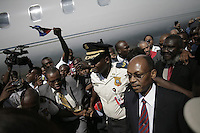 HAI12. PUERTO PRÍNCIPE (HAITÍ), 18/03/2011.- El expresidente haitiano Jean Bertrand Aristide (d) llega hoy, viernes 18 de marzo de 2011, el aeropuerto internacional Toussaint en Puerto Príncipe (Haití). Aristide regresó este viernes de un exilio de siete años en Sudáfrica después de un golpe de Estado en 2004. EFE/Andrés Martínez Casares