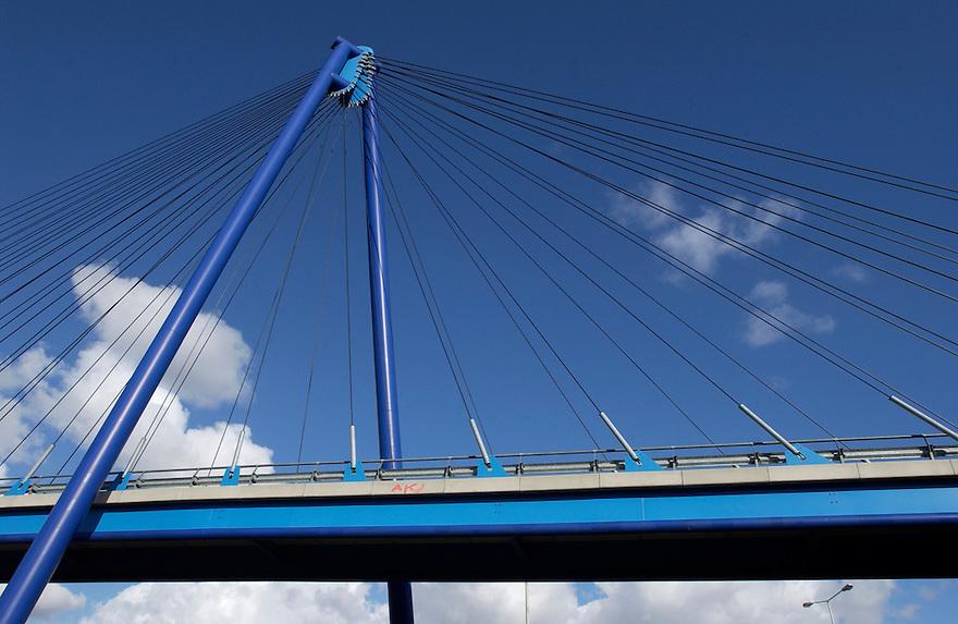 Nederland, Rotterdam/Cappele ad IJssel,1-3-2002.Hangbrug voor openbaar vervoer naar kantorenpark...Foto (c) Michiel Wijnbergh/Hollandse Hoogte