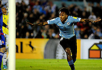 MONTEVIDEO - URUGUAY -13-10-2015: Abel Hernandez, jugador de Uruguay celebra el gol anotado a Colombia, durante partido de la fecha 2 válido entre Uruguay y Colombia por la clasificación a la Copa Mundo FIFA 2018 Rusia jugado en el estadio Centenario de la ciudad de Montevideo. /  Abel Hernandez, player of Uruguay celebrates a scored goal to Colombia,  during match between Uruguay and Colombia, for the date 2 for the 2018 FIFA World Cup Russia Qualifier played at Centenario Stadium in Montevideo city. Photo: Photosport / VizzorImage / Dante Fernandez / Cont.