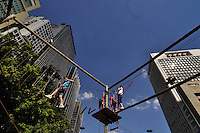 SAO PAULO, SP, 30 DE JUNHO DE 2012 - VIRADA ESPORTIVA SP - Publico participa de Arvorismo no Vale do Anhangabaú na manhã deste sabado (30), durante Virada Esportiva 2012, que acontece este final de semana em São Paulo. FOTO: LEVI BIANCO - BRAZIL PHOTO PRESS