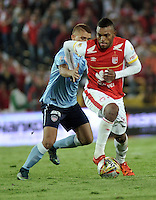 BOGOTA - COLOMBIA - 28-11-2015: Miguel Borja (Der.) jugador de Independiente Santa Fe disputa el balón con Gustavo Cuellar (Izq.) jugador de Atletico Junior, durante partido por los cuartos de final partido de ida entre Independiente Santa Fe y Atletico Junior, de la Liga Aguila II-2015, en el estadio Nemesio Camacho El Campin de la ciudad de Bogota. / Miguel Borja (R) player of Independiente Santa Fe struggles for the ball with Gustavo Cuellar (L) player of Atletico Junior, during a match of quarter finals first round between Independiente Santa Fe and Atletico Junior, for the Liga Aguila II -2015 at the Nemesio Camacho El Campin Stadium in Bogota city, Photo: VizzorImage / Luis Ramirez / Staff.