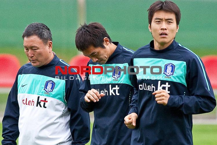 02.06.2010, Fussballstadion, Neustift, AUT, FIFA Worldcup Vorbereitung, Training Sued Korea, im Bild Huh Jung-Moo ( KOR ) Headcoache, Kim Nam-il ( KOR ), Lee Dong-gook ( KOR ).  Foto: nph /  J. Groder *** Local Caption *** Fotos sind ohne vorherigen schriftliche Zustimmung ausschliesslich f&uuml;r redaktionelle Publikationszwecke zu verwenden.<br /> <br /> Auf Anfrage in hoeherer Qualitaet/Aufloesung