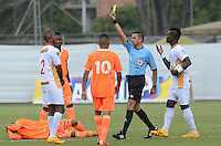 ENVIGADO -COLOMBIA-07-03-2015. Jorge Sierra, arbitro, muestra la tarjeta amarilla a Elvis Mosquera (Izq) de Aguilas Pereiradespues de cometer falta sobre Juan Saiz (en la grama) durante partido por la fecha 8 de la Liga Águila I 2015 realizado en el Polideportivo Sur de la ciudad de Envigado./ Jorge Sierra, referee, shows the yellow card to Elvis Mosquera (L) player of Aguilas Pereira  after he made a fault over Juan Saiz (on the grass) of Envigado FC during match for the 8th date of the Aguila League I 2015 at Polideportivo Sur in Envigado city.  Photo: VizzorImage/León Monsalve/STR