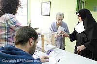 Fecha:22-05-2011 Elecciones municipales. En Palas de Rei, Lugo, mesas electorales. La gente ejerce su derecho al voto. En la imagen, mesa electoral de la calle Rio Neira de Lugo. En esta mesa se producen denuncias, por parte de algunos partidos políticos, que aseguran, que las monjitas del asilo de San Roque acompañan a los ancianos con una papeleta cerrada y les invitan a votar con ese sobre cerrado que las monjitas les entregan. foto:EFE/eliseo trigo