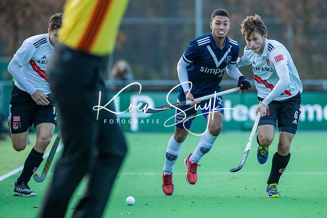 AMSTELVEEN - Marlon Landbrug (Pinoke) met Teun Kropholler (Adam)  tijdens de competitie hoofdklasse hockeywedstrijd heren, Pinoke-Amsterdam (1-1)   COPYRIGHT KOEN SUYK