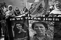 Les mères de martyrs brandissent une banderole sur laquelle on peut voir les portraits des trois femmes kurdes militantes du PKK assassinées à Paris le 09 Janvier 2013, dont Sakine Cansiz, cofondatrice du parti. Elles portent également le drapeau  du mouvement pour les droits des femmes. Ayse Gökkan est au second plan, avec la casquette, elle crie ses revendications.<br /> <br /> The mothers of martyrs waving a banner that you can see the portraits of the three militant Kurdish PKK women murdered in Paris January 9, 2013, which Sakine Cansiz, co-founder of the party. They also carry the flag of the movement for women's rights. Ayse Gökkan is in the background, with cap, she screams her claims .