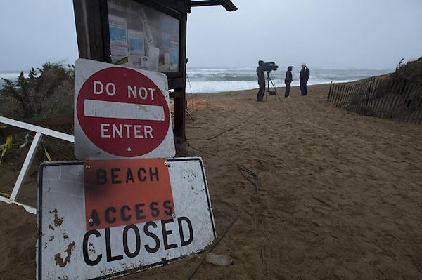 """CJX02 NEWBURY (ESTADOS UNIDOS) 29/10/2012.- Carteles de prohibido el paso en el acceso a la playa de Plum Island mientras el huracán """"Sandy"""" se aproxima a New England en Newbury, Massachusetts, Estados Unidos, hoy, lunes 29 de octubre de 2012. Se espera que el huracán toque la costa nororiental del país en la media noche local de hoy. EFE/Cj Gunther"""