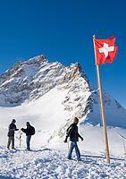 CHE, Schweiz, Kanton Bern, Berner Oberland, Grindelwald: Aussichtsplateau am Jungfraujoch - Top of Europe - mit Blick auf die Jungfrau 4.158 m | CHE, Switzerland, Bern Canton, Bernese Oberland, Grindelwald: look-out plateau at Jungfraujoch - Top of Europe - with Jungfrau mountain 13.642 ft.