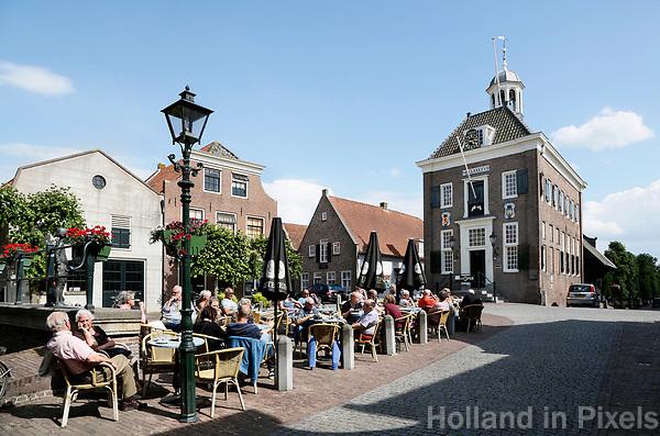 Nederland  Nieuwpoort  2017.  Cafe de Dam in Nieuwpoort, Zuid-Holland. Rechts het oude Stadhuis, tegenwoordig een museum.   Foto Berlinda van Dam / Hollandse Hoogte