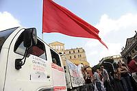 Roma, 24 Giugno 2011.Garbatella.Manifestazione contro gli sfratti dopo lo sgombero e gli arresti avvenuti nel quartiere il 21 giugno..La manifestazione denuncia anche la violenza della polizia