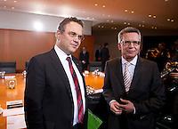 Berlin, Bundesinnenminister Thomas de Maiziere (CDU) und Landwirtschaftsminister Hans-Peter Friedrich (CSU, l.) am Dienstag (17.12.13) im Bundeskanzleramt bei der ersten Kabinettssitzung der neuen Bundesregierung.<br /> Foto: Steffi Loos/CommonLens