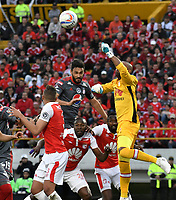BOGOTA - COLOMBIA - 28 - 01 - 2018: Robinson Zapata (Der.) portero de Independiente Santa Fe disputa el balón con Diego Herner (Izq.) jugador de America de Cali, durante partido entre Independiente Santa Fe y America de Cali, por el Torneo Fox Sports 2018, jugado en el estadio Nemesio Camacho El Campin de la ciudad de Bogota. / Robinson Zapata (R) goalkeeper of Independiente Santa Fe vies for the ball with Diego Herner (L) player of America de Cali, during a match between Independiente Santa Fe y America de Cali, for the Fox Sports Tournament 2018, played at the Nemesio Camacho El Campin stadium in the city of Bogota. Photo: VizzorImage / Luis Ramirez / Staff.