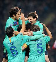 FUSSBALL   CHAMPIONS LEAGUE   SAISON 2011/2012     23.11.2011 AC Mailand - FC Barcelona JUBEL FC Barcelona; Cesc Fabregas (oben li), Xavi Hernandez (Nr.6), Carles Puyol (Nr.5) umarmen den Torschuetzen zum 2-1 Fuehrungstreffer Lionel Messi (oben re)