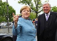 Bundeskanzlerin Angela Merkel (CDU) kommt an und wird vom Merck Vorstandstandsvorsitzenden Stefan Oschmann und dem Hessischen Ministerpräsidenten Volker Bouffier (CDU) begrüßt - 03.05.2018: Festakt zu 350 Jahre Merck in Darmstadt mit Bundeskanzlerin Angela Merkel