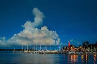 Stort moln en sen kväll över gästhamnen och KSSS klubbhus i Sandhamn