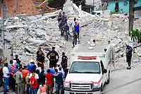 SAO PAULO, SP, 05.12.2013 - DESABAMENTO / OBRA / GUARULHOS - O corpo do operário Edenilson Jesus Santos, de 24 anos, que estava desaparecido desde o desabamento de um prédio em Guarulhos, na segunda-feira (2), foi localizado pelas equipes de resgate às 13h45 desta quinta-feira (5). Foto: Adriano Lima / Brazil Photo Press).