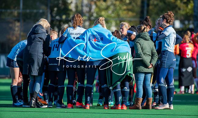 Laren - Teamhuddle tijdens de koude, ijdens de Livera hoofdklasse  hockeywedstrijd dames, Laren-Oranje Rood (1-3).  COPYRIGHT KOEN SUYK