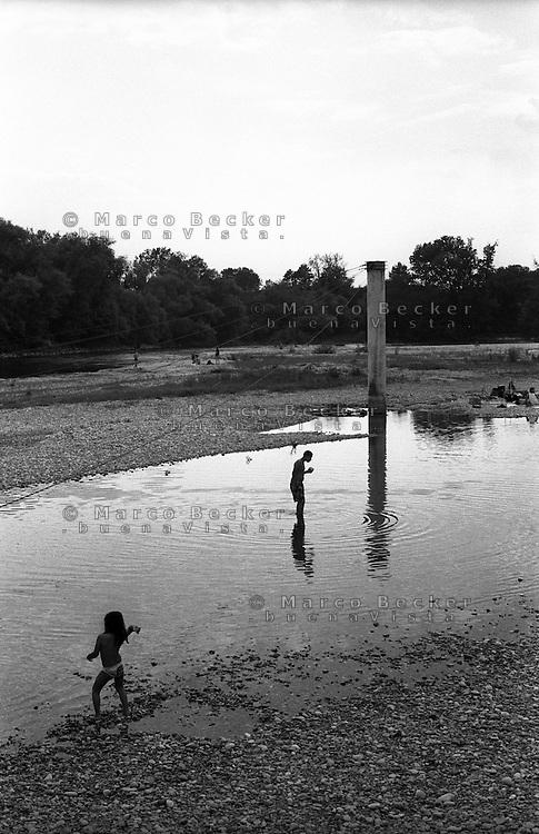 Parco del Ticino  presso Bereguardo (provincia di Pavia). Bambini giocano in acqua --- Park of Ticino river near Bereguardo (Province of Pavia). Children playing in the water