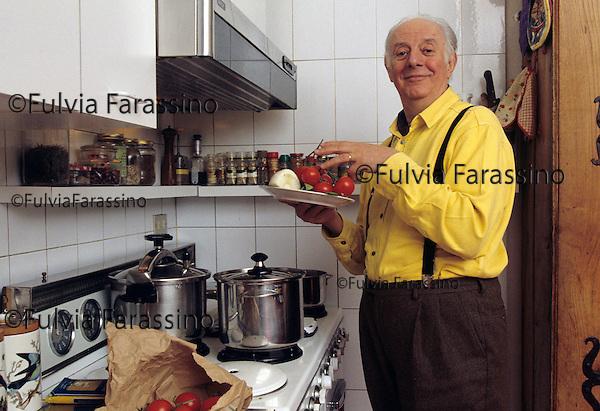 Dario Fo , Milano 2000 dario fo nella cucina della sua casa