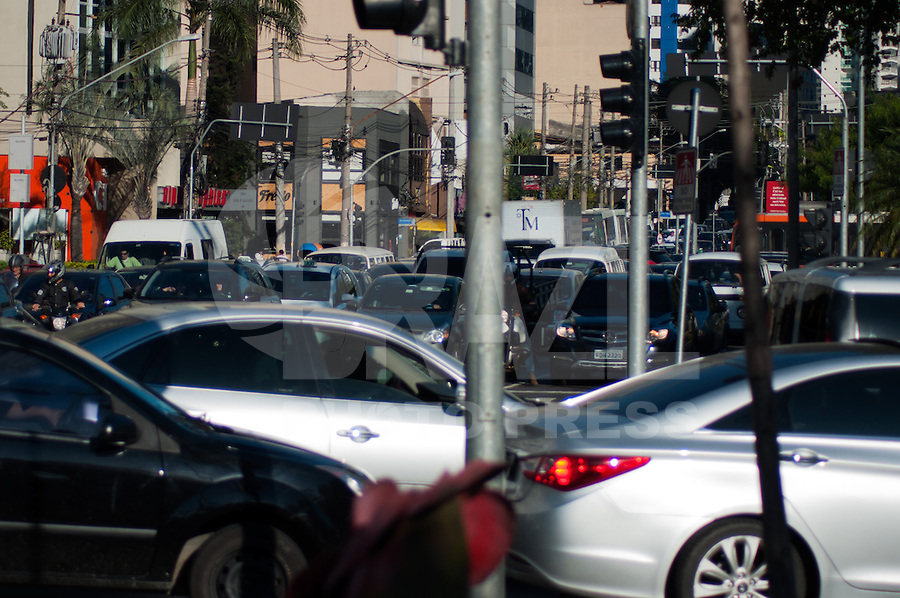 SÃO PAULO-SP-06,08,2014-TRÂNSITO-AVENIDA FARIA LIMA - O motorista segue com lentidão na  em ambos sentidos. (centro/bairro) Na região SUL cidade de São Paulo,na tarde dessa quarta-feira,06 (Foto:Kevin David/Brazil Photo Press)